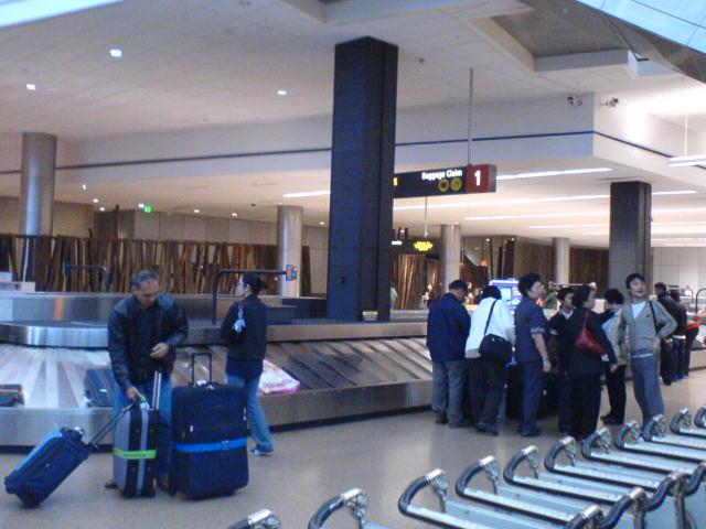 之后你拿着随机行李乘电车巴士到达行李大厅取托运